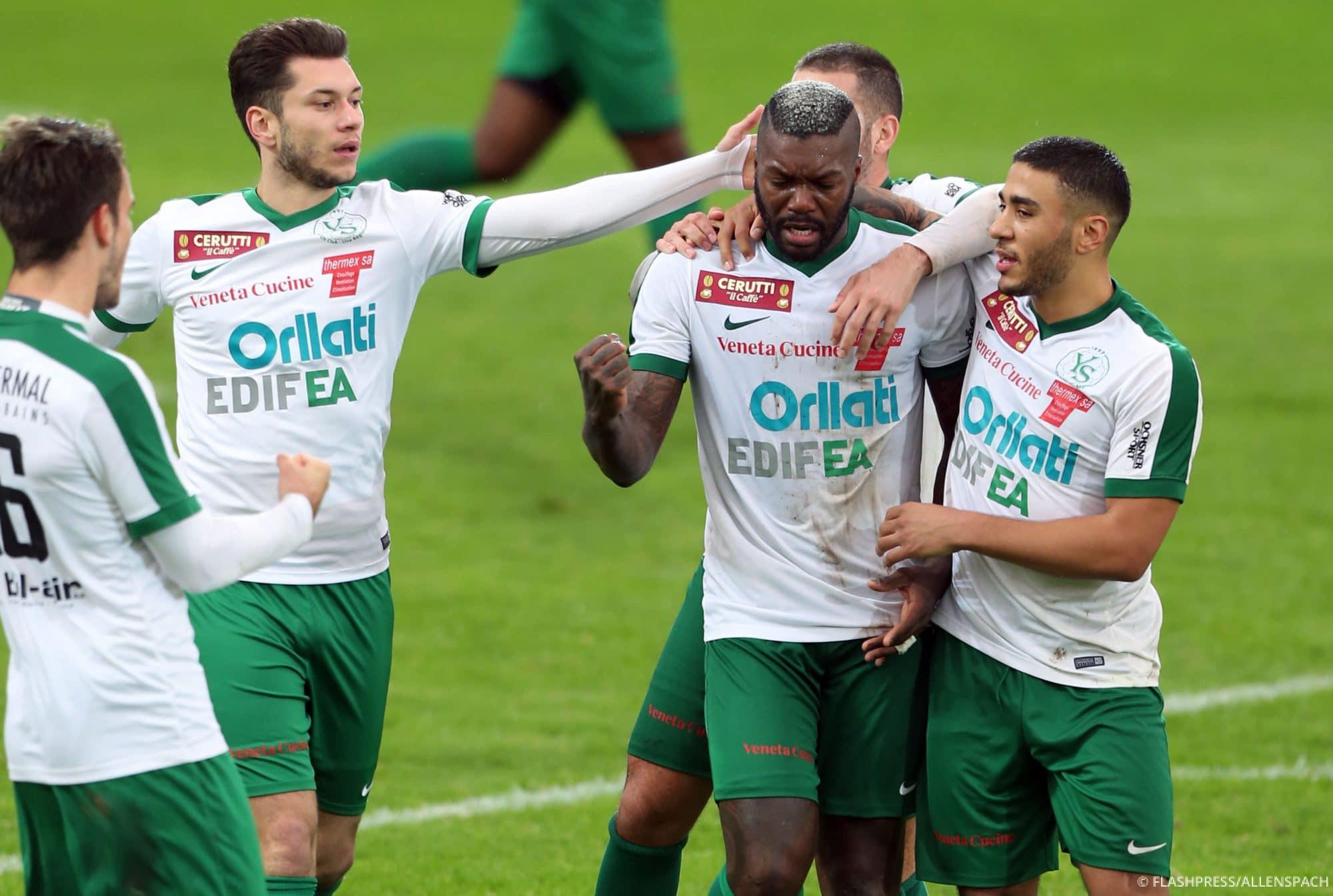 Les joueurs d'YS célèbrent le goal de Djibril Cissé